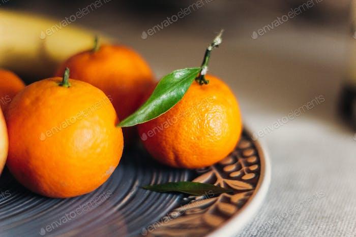 saftige Mandarinen auf blauem Teller