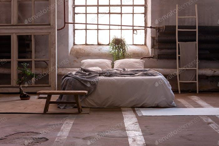 Kissen und Decke auf dem Bett im japanischen Schlafzimmer Interieur mit