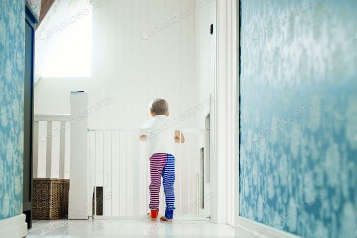 Volle Länge Rückansicht des Jungen lehnte sich auf Geländer zu Hause