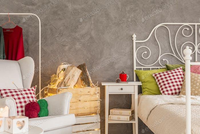 Спальня с удобным креслом