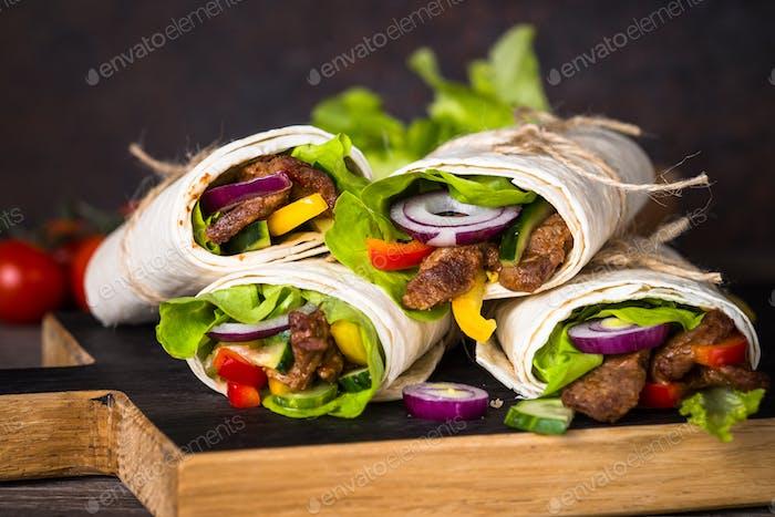 Burritos Tortilla Wraps mit Rindfleisch und Gemüse