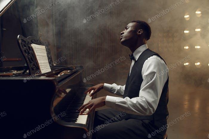 Ebenholz grand piano player spielen auf die Bühne