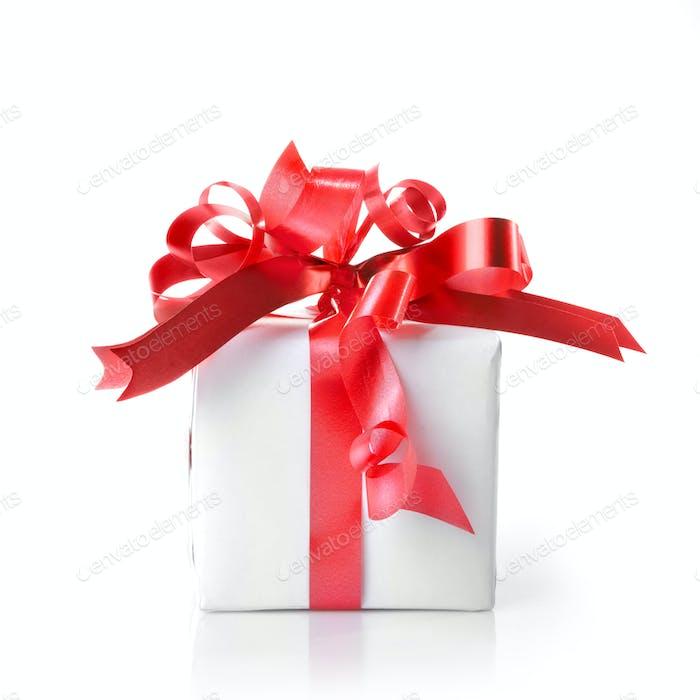 Weihnachtsgeschenk mit rotem Band isoliert auf weiß