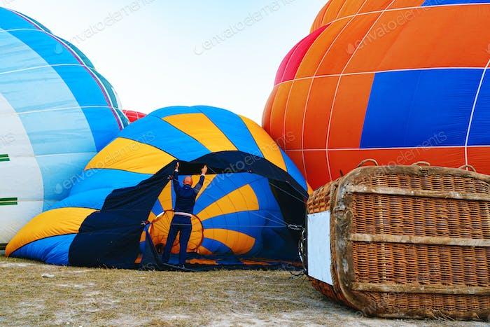 Nahaufnahme eines Heißluftballons, der sich auf den Flug vorbereitet