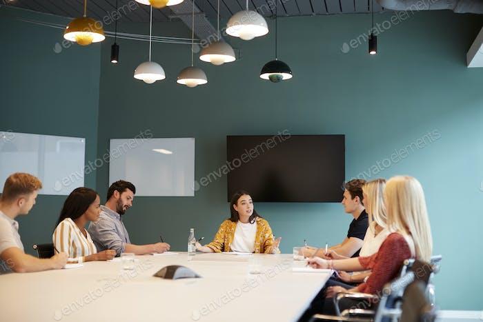 Geschäftsfrau Adressierung Gruppe von Kandidaten Treffen rund um Tisch