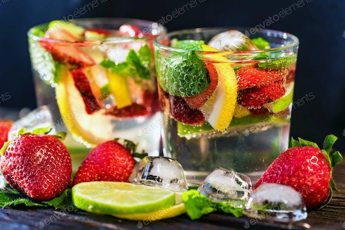 Hausgemachte Limonade mit Erdbeeren und Minze