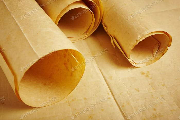 Altes gereiftes Rohling gerolltes Pergament. Antike Dokumente. Vintage-Manuskripte. Horizontal