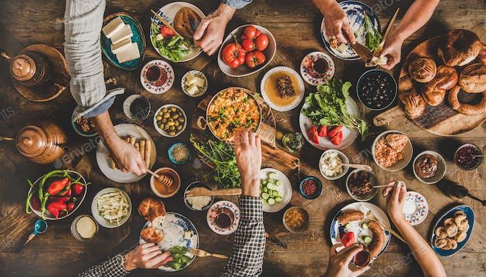 Flat-Lay mit türkischem Frühstück und Familienessen und Trinken von Tee