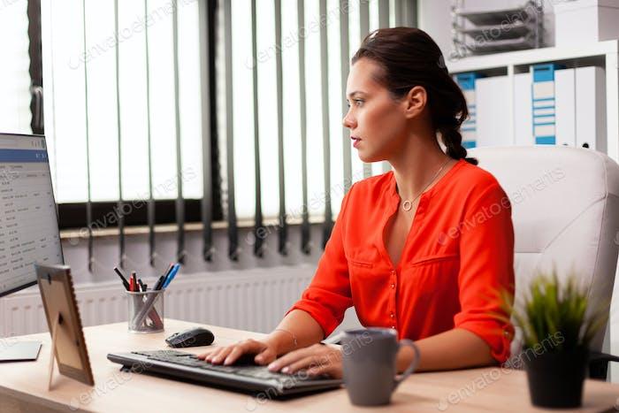 Geschäftsfrau Managerarbeiten an professioneller Finanzkompetenz