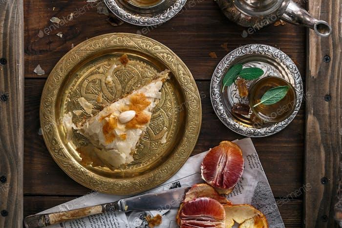 Traditionelle marokkanische Kupferplatte mit Kuchenstück