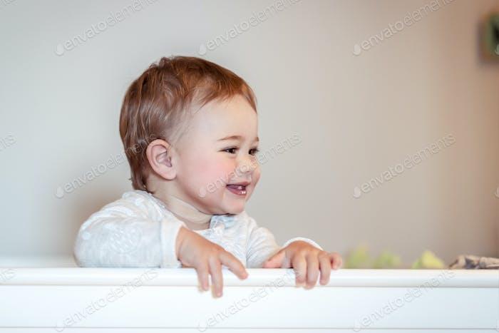 Glückliches kleines Kind