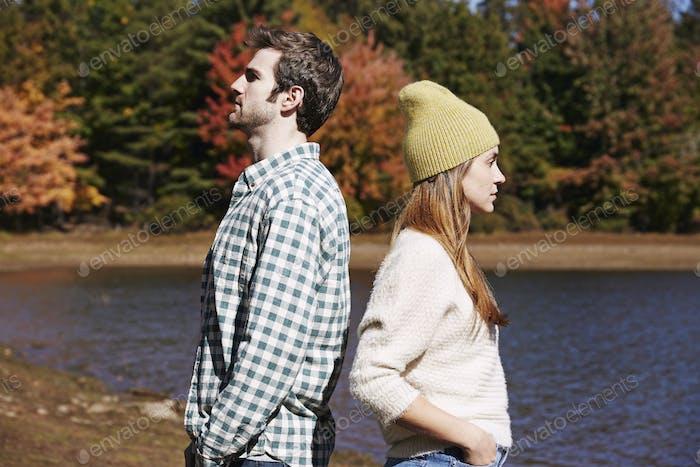 Zwei Personen, ein Paar zurück an Rücken stehend an einem See