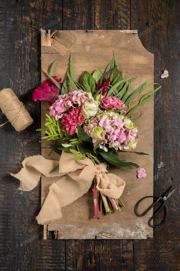 Die Blumen auf hölzernem Hintergrund