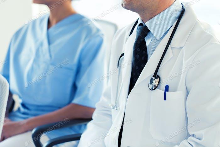 Nahaufnahme von glücklichen Ärzten im Seminar oder Krankenhaus