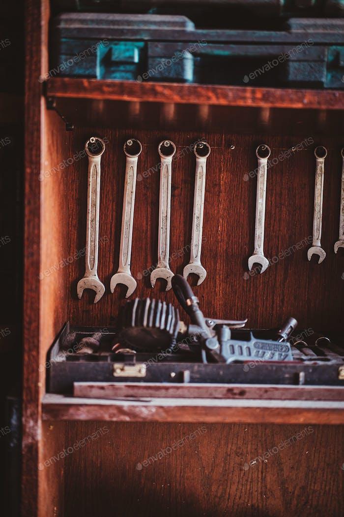 Viele Schraubenschlüssel an der Wand in der Werkstatt