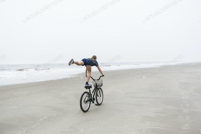 Teenager-Mädchen Radfahren am Sandstrand am Meer, St. Simon's Island, Georgia