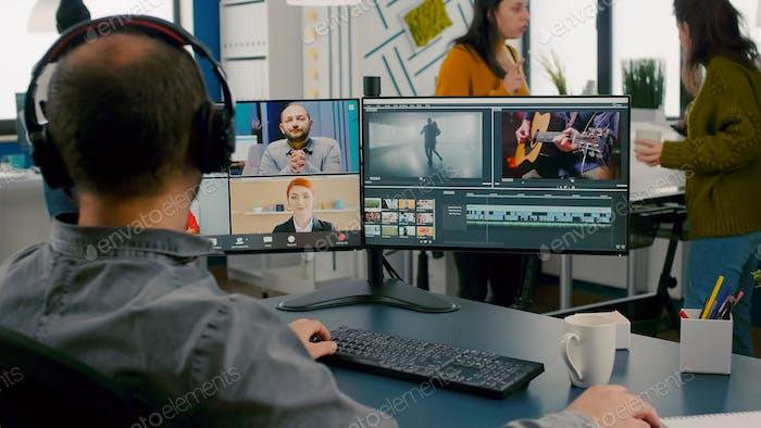 Gerente de proyecto en reunión online web con el equipo en videollamada