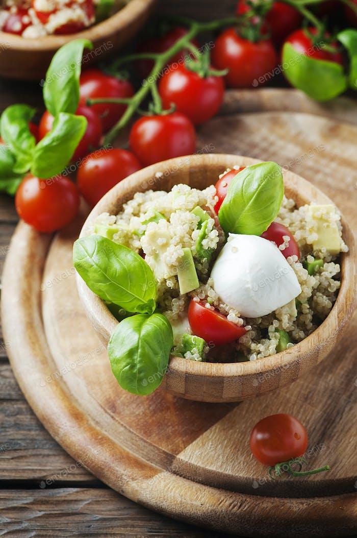 Deliciosa ensalada con quinoa, tomate y aguacate
