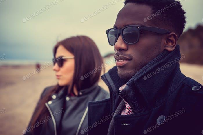 Портрет чернокожего мужчины и кавказской женщины.