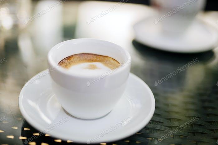 Espresso auf dem Tisch im Freien
