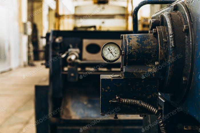 Industria Metalúrgica. Equipo de fábrica. Máquina de laminación para laminado de chapa de acero. máquina amoladora