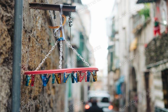alte weiße Kunststoff-Wäscheklammern hängen