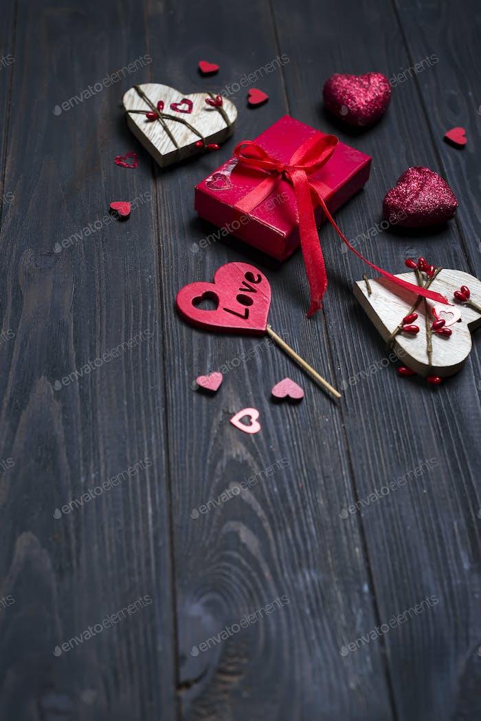 RED Vacaciones regalo y corazón sobre Fondo de De madera
