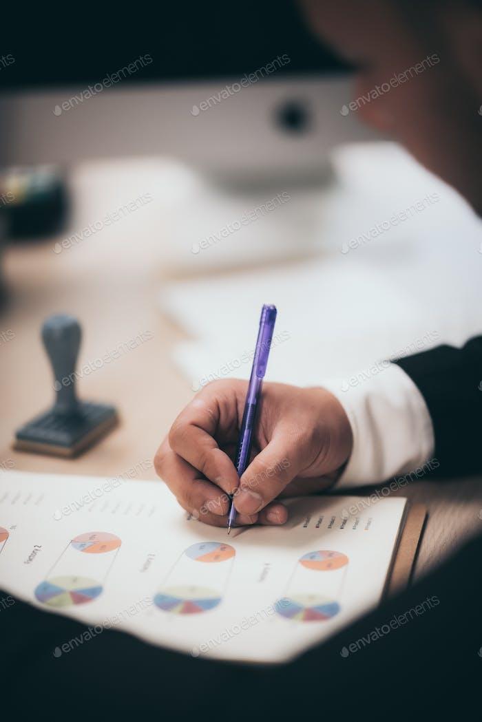 Los empresarios están revisando documentos de marketing