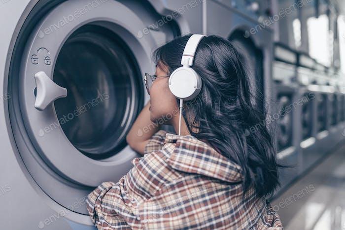 chica joven en un lavadora