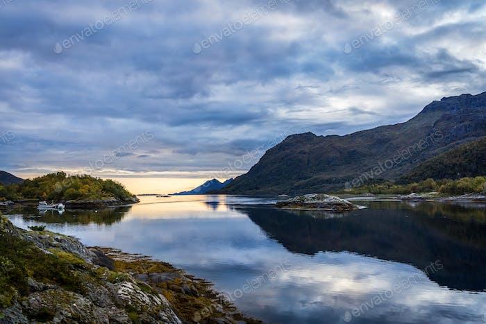 Landschaften mit Meer und Berge in Norwegen