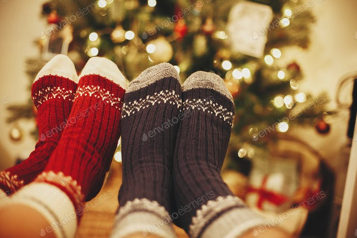 Stilvolle festliche Socken auf Paar Beine auf Hintergrund