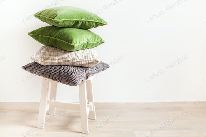 grau und grün Kissen gemütlich zu Hause