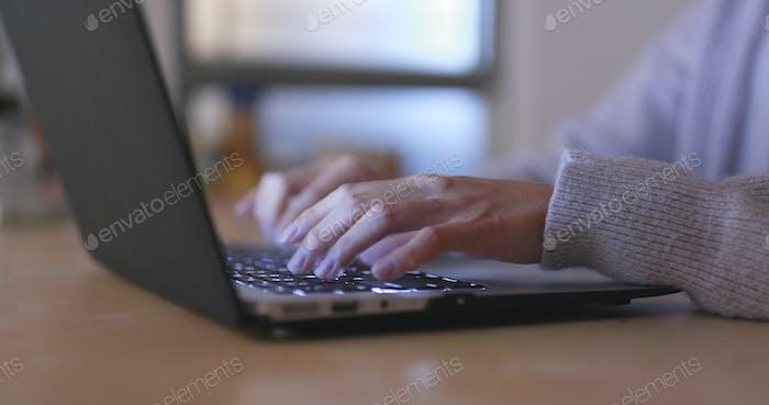 Frau Verwendung von Notebook-Computer