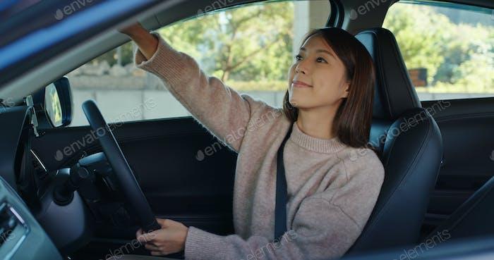Frau bereiten Fahrt ein Auto vor