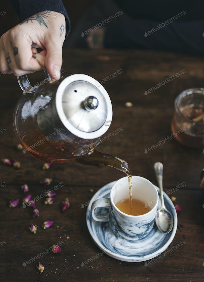 Heißer Tee in eine Tasse gegossen