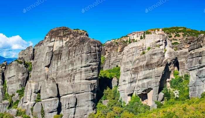 Meteora Kloster auf Korfu-Bergen mit viel Grün