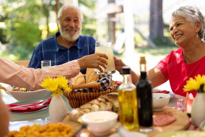 Familie zusammen essen am Tisch