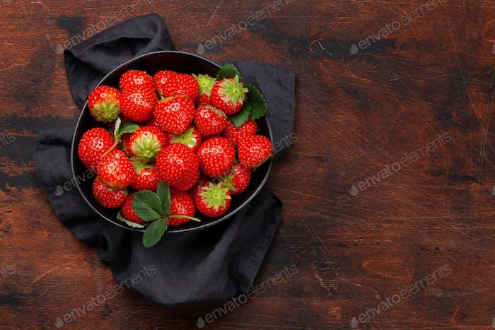 Ripe strawberry in bowl