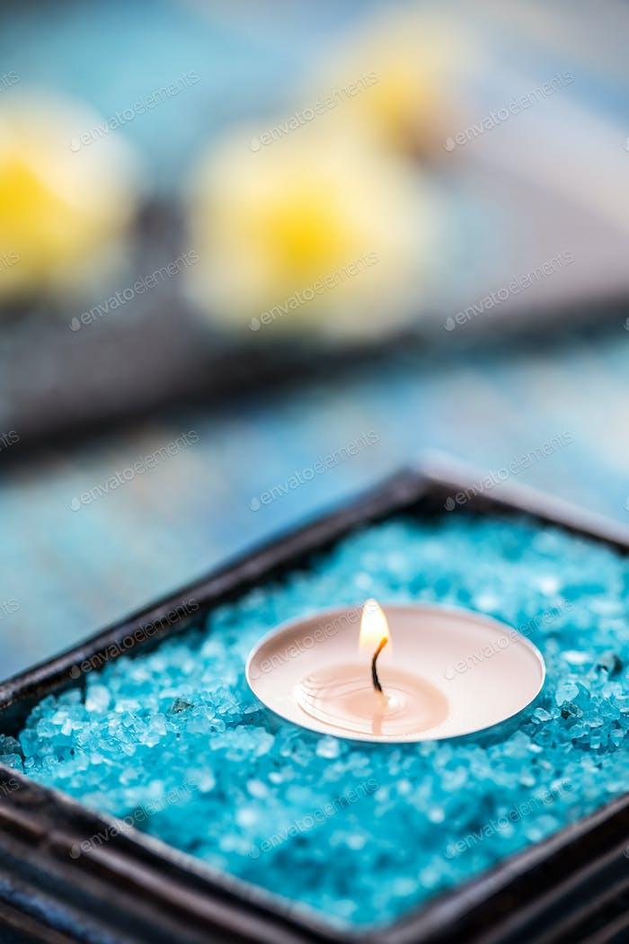 Kerze in einer Schüssel