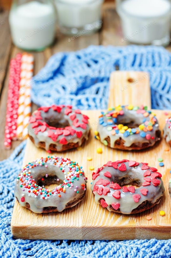 Banane Donuts mit Zuckerguss und bunten Streuseln