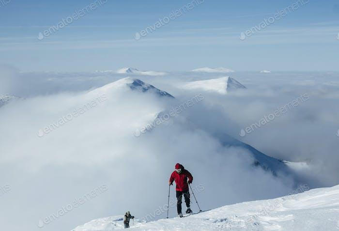 Люди, восхождение на пик в горах Горганы