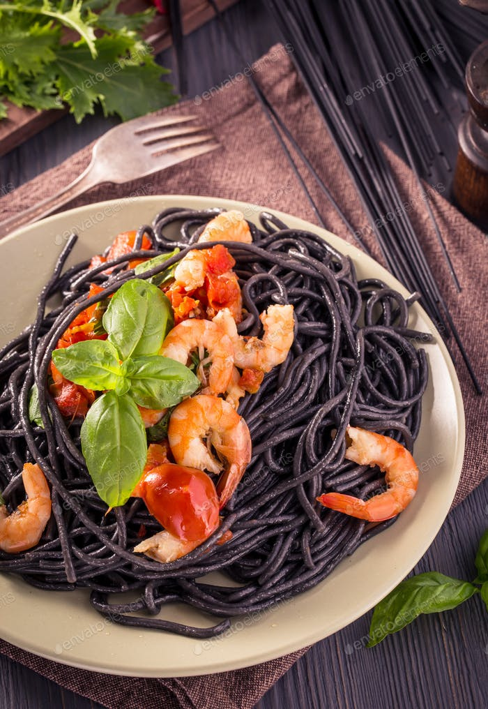 Schwarze Spaghetti mit Garnelen und Basilikum