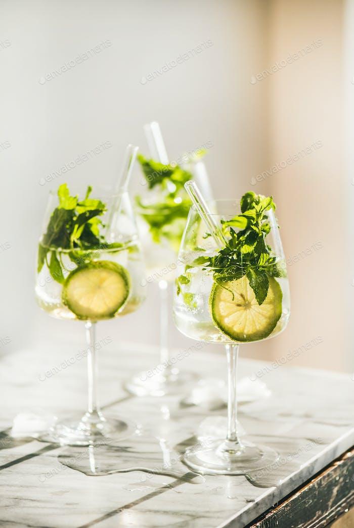 Hugo Sekt Cocktail mit umweltfreundlichen Strohhalmen über Marmortheke