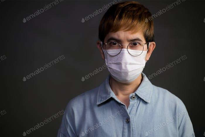 Persona que lleva máscara quirúrgica