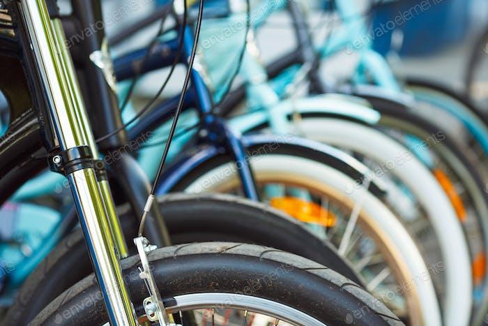 Rad-Detail einer Gruppe von Fahrrädern auf dem Parkplatz