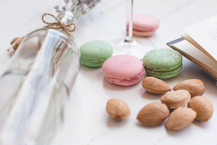 Süße Pause mit Macarons und Buch