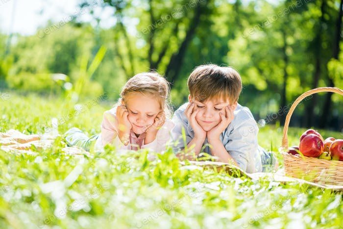 Kinder beim Picknick