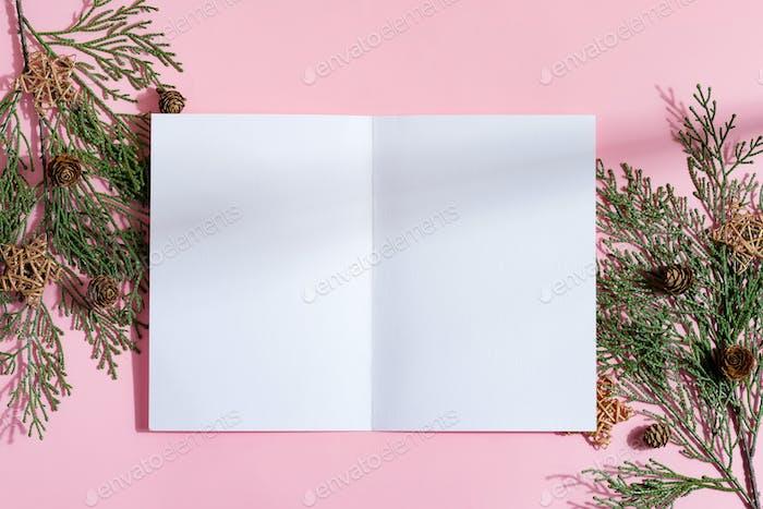 Bifold Mock-up Papier Broschüre und Winterzweige