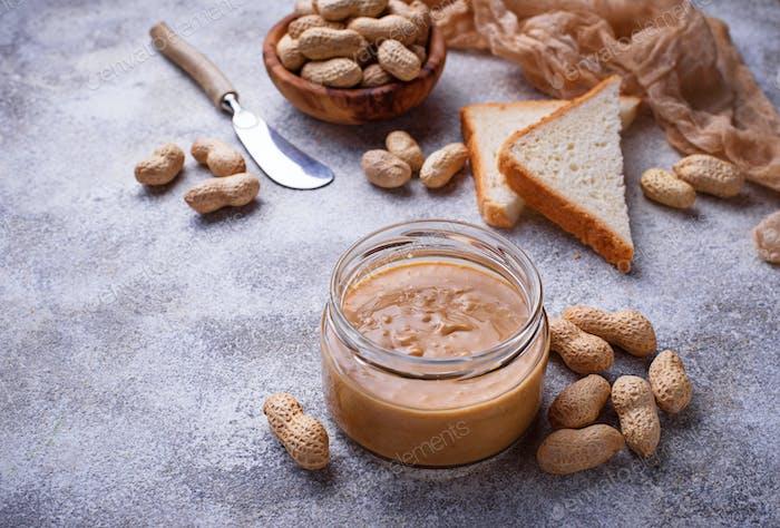 Hausgemachte Erdnussbutter und Nüsse