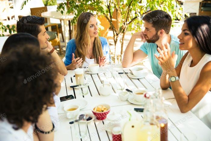 Freunde genießen Essen im Restaurant